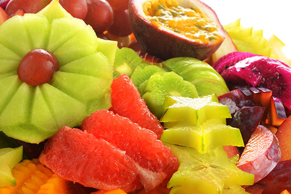 אירוח קיצי עם מגשי פירות צבעוניים